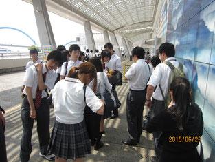 生徒たちが名古屋港水族館の入り口で集合。