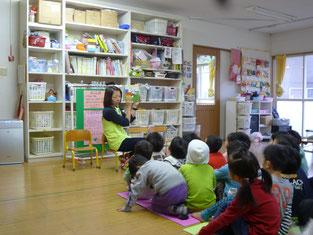 保育士さんの絵本の読み聞かせをしっかり見入っている子供達。