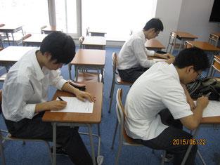 事前学習をする生徒。
