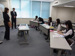 『営業』という職種に対して、なんとなく抵抗があった生徒たち。話を真剣に聴いていました。