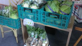 産地直送の野菜も売っています。