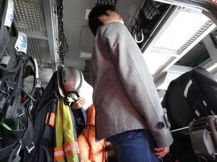 消防車の中は立って乗れるほど高いです。