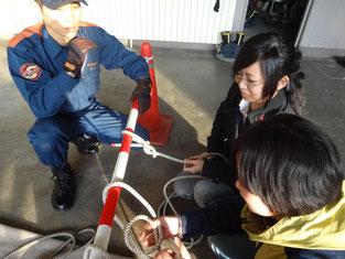 救助にも使うロープの結び方も教えていただきました。