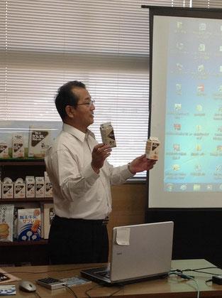 今回説明してくださった鈴木さん。カフェオレを紹介しています。