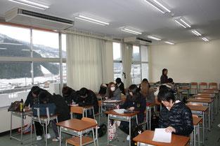 昼休みに入っているにもかかわらず昼食をとるのも忘れて、熱心にワークシートに感想を記入している生徒たちの姿です。