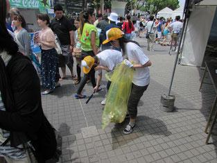 ゴミ拾いのボランティア。