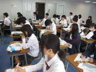 熱心に矢田さんの話を聴く生徒たち。