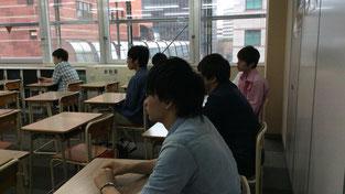 生徒は真剣な表情で聞いています。