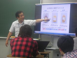 写真を見ながら、血液製剤の種類について学んでいます。