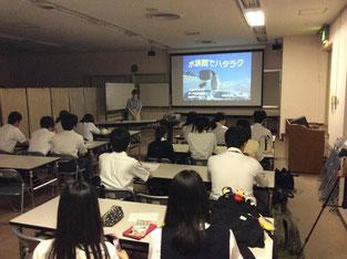 春日井苗子さんの説明を聴く生徒たち。