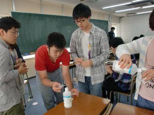 男子生徒も興味津々です。