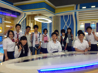 テレビ局のスタジオにて。