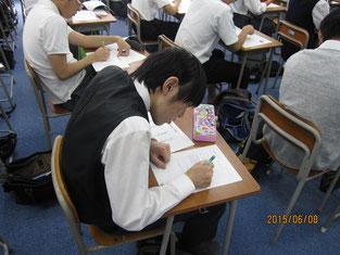 ワークシートに意見・感想を記入する生徒。