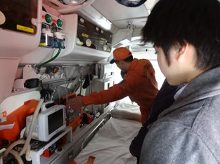 救急車の中は装備がたくさんあります。