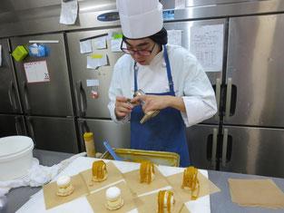 若い職人さん(23歳男性)がモンブランを作っています。