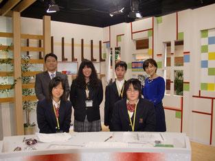 キャスターの方と記念写真。後列左端が藤井利彦キャスター、後列右端が鈴木理香子キャスター。