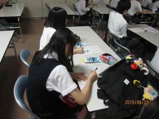春日井さんの話にメモを取る生徒。