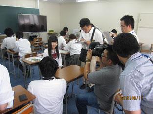 新聞やテレビ局に感想などをインタビューされる生徒。