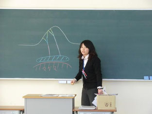校外学習事前指導(地理分野)の指導を行う佐々木教諭