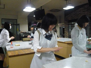 生徒たちもお菓子作りに参加。