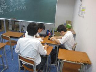 「しごと講話」を終えてのグループ学習。