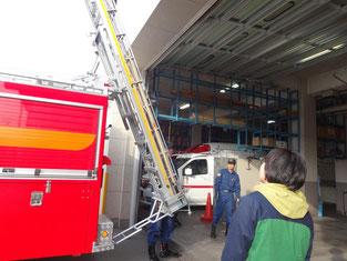実際に使用している消防車に興味津々です。
