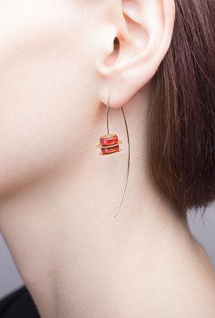 Die Ohrhänger DISKUS sind edel, dezent und fein. Die warm leuchtenden Farben von mattiertem Gold und roter Schaumkoralle bilden eine aparte Kombination. Seine besondere Leichtigkeit lässt den Ohrschmuck zu einem Teil von Ihnen werden.