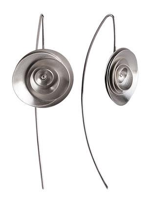 Die Ohrhänger ORBIT aus Silber sind aufregend schön und zeitlos stilvoll. Ihre Gestalt erinnert an eine Blüte. Ob in Jeans, Sommerkleid, Businesslook oder Abendgarderobe - ORBIT lässt Sie stilvoll, attraktiv und selbstsicher auftreten.