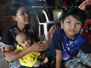 Kyi Kyi San et ses 2 enfants dont le plus âgé est sourd.