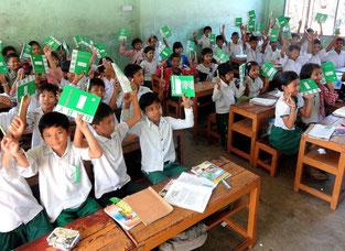 Les enfants viennent de recevoir leurs fournitures scolaires.