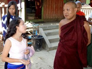 L'abbé avec deux des membres birmanes de PASDB.