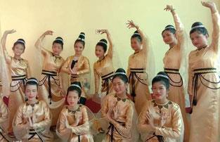 Filles sourdes qui dansent pendant la fête de l'école.