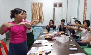 Formation de futurs enseignants à la langue des signes.