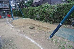 芝生を張ったターザンロープの下
