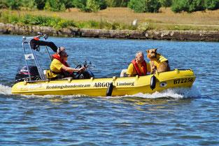 Eine Übung der Rettungsgesellschaft mit Hund