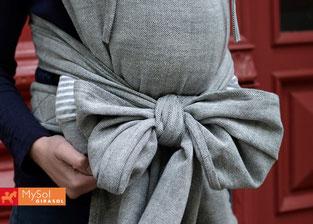 Нека не ви тревожи дължината на презрамките. Може лесно да се оформят в красива панделка под дупето на бебето или да ги кръстосате още веднъж и да ги вържете отзад на кръста
