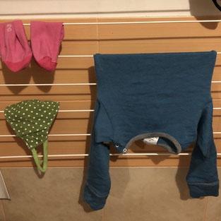 Често ще срещнете, че вълнените дрехи е добре да се сушат в хоризонтално положение. Нашият личен опит показва, че за малки дрешки не е необходимо.