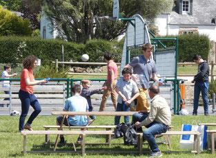 MOMENT de répit pour les jeunes, qui se sont donné à fond tout l'après-midi sur le terrain de jeux !