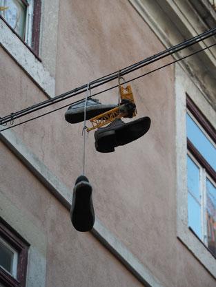 Stromleitung, Schuhe, lustig