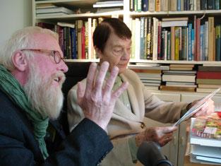 """Foto: Liz Wieskerstrauch - John zur Besuch im Hause Schmidt in Hamburg-Langenhorn.  Hannelore """"Loki"""" Schmidt war Lehrerin, Naturschützerin und Autorin - (03. März 1919- †21. Oktober 2010)"""