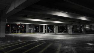 Parken Sie Ihr Fahrzeug sicher an einem unserer abgeschlossenen und überdachten Parkplätzen, damit Ihr Fahrzeug rund um die Uhr vor Einbruch und Diebstahl geschützt bleibt.