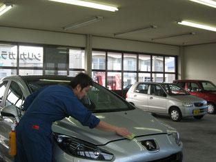 ①塗装面を確認しつつ洗車します