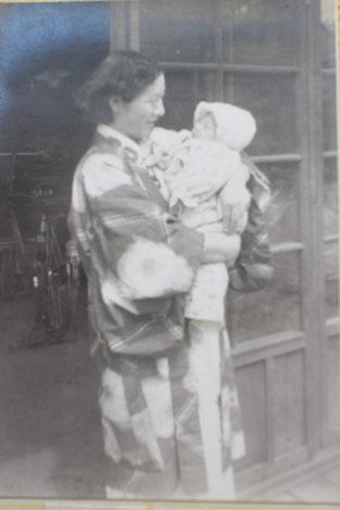 26歳の母と生後21日目の私。撮影者は父。