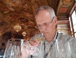 Beat Roth von rot-weiss-roth-weine.ch beim Weine verkosten an der VIEVINUM 2018