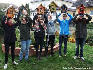 Mitglieder der NAJU Wetterau präsentieren die fertigen Insektenhotels