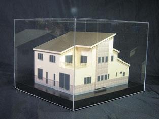 アクリルケースにおさまった色付住宅模型の画像