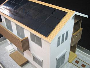 ソーラパネルの付いた住宅模型