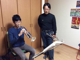 うすだ音楽教室でトランペットレッスンを受ける中学生