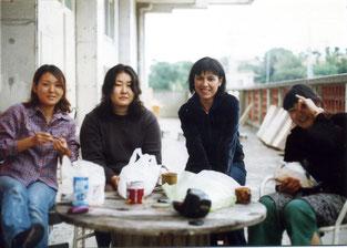 En Geidai, con compañeras de clase en un rato de descanso, en 2002.
