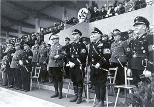 Mehrere Personen in SS-Uniform.